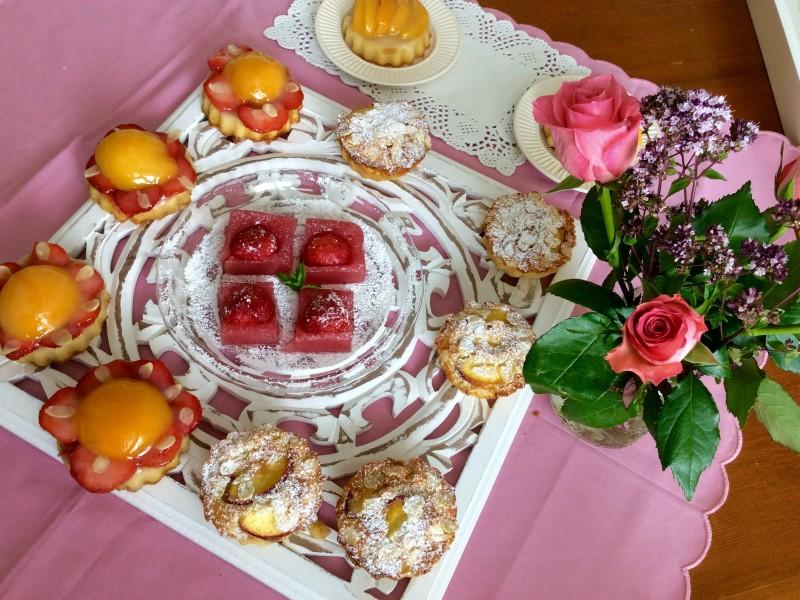 Iets lekkers bij de koffie…cakejes en gebakjes gevuld met nectarines / aardbeien…