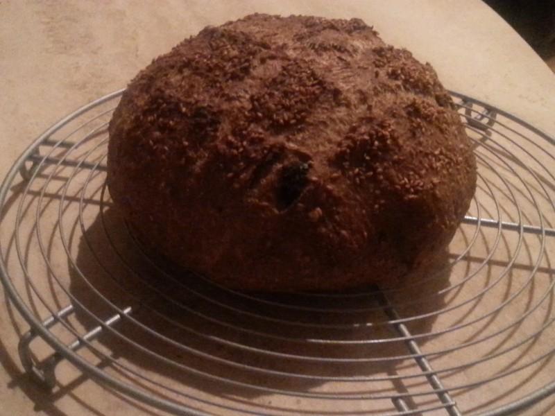 Brood volkoren/spelt met knoflook, olijven en zongedroogde tomaatjes (no knead)