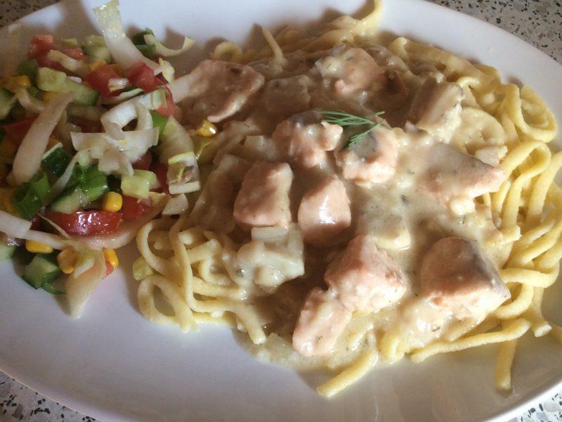 Zalm en witvis in een witte saus met pasta..