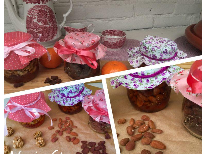 Walnoten en amandelen in honing