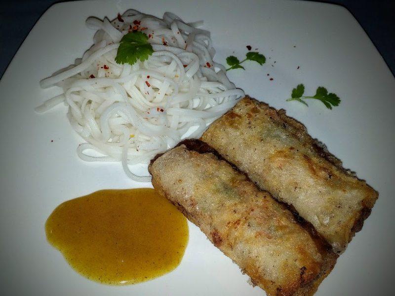 Vietnamese loempia's (springrolls) met rijstnoedels en curry